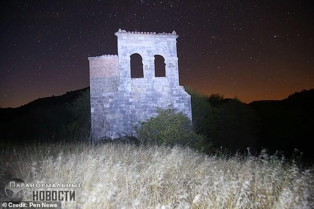 В заброшенной деревне засняли тень невидимки, а потом фотограф нашел на своем теле странные царапины