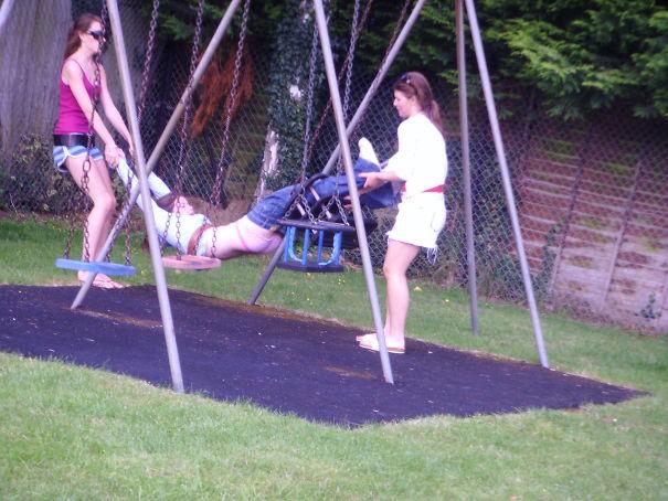 10 курьезных фото взрослых, которые решили тряхнуть стариной и поиграть на детских площадках