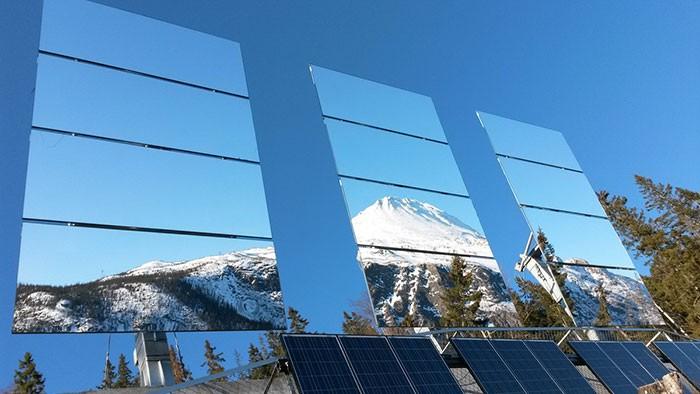 Город в Норвегии снабжают солнечным светом с помощью гигантских зеркал