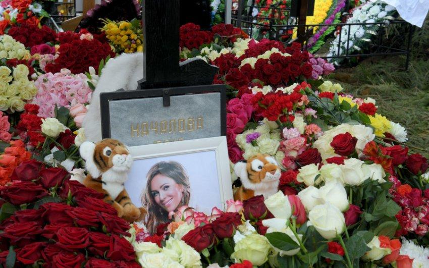 РПЦ упрекнула поклонников Началовой за бесчинства на её могиле