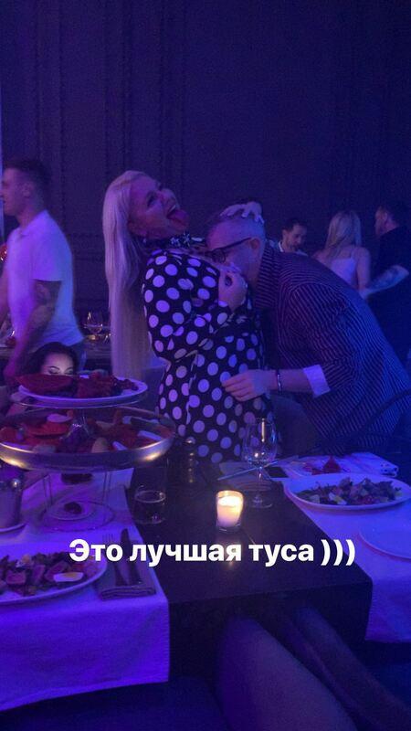 В сети обсуждают снимок, на котором якобы запечатлен Константин Меладзе, целующий грудь неизвестной блондинки