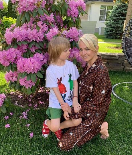 Яна Рудковская прикрывается сыном от нападок хейтеров