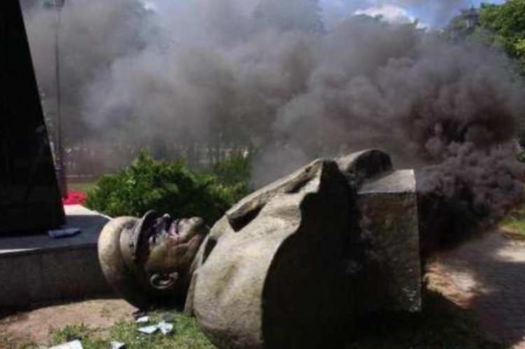 Радикалы в Харькове осквернили памятник Георгию Жукову