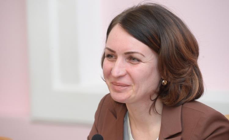Российский мэр упала в лужу, испачкалась в грязи и пошутила об этом