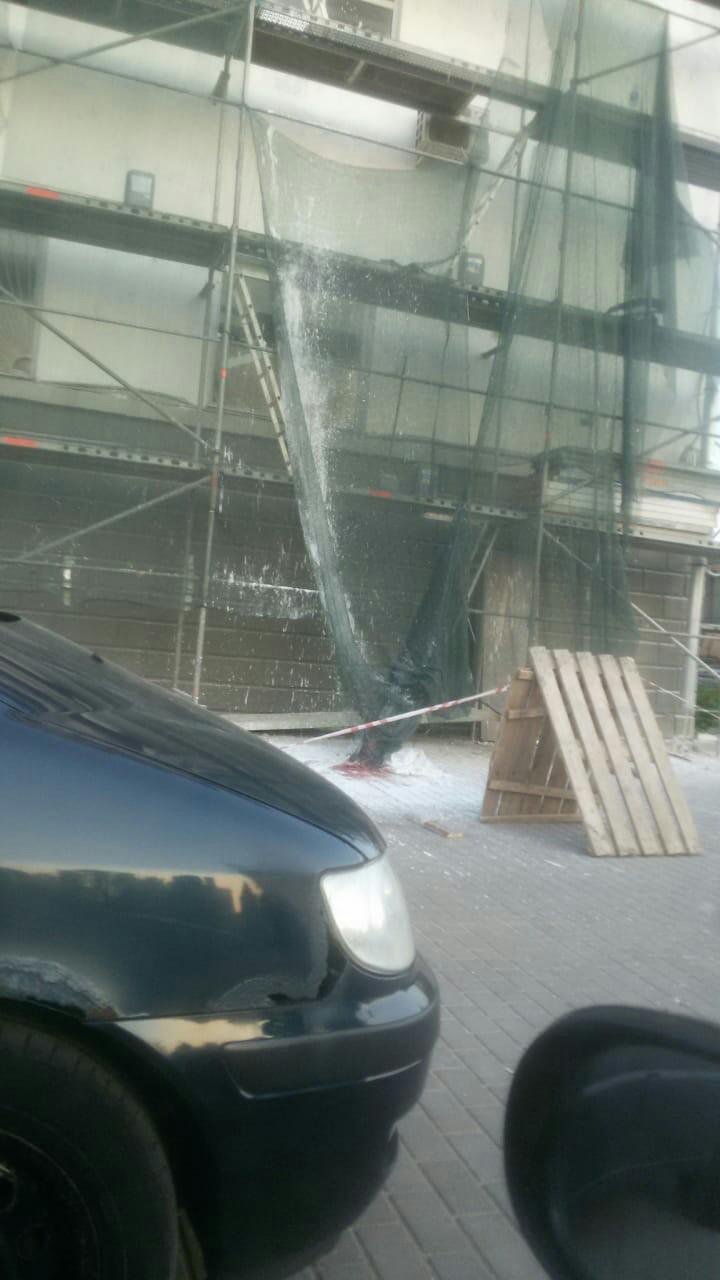 В Пскове при ремонте здания сорвался рабочий, сообщают местные жители