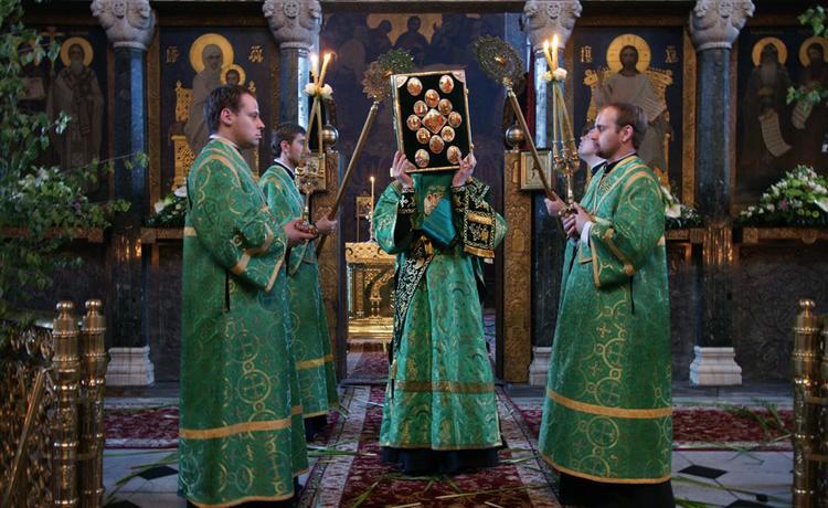 Почему батюшки должны на Троицу наряжаться в зеленый цвет