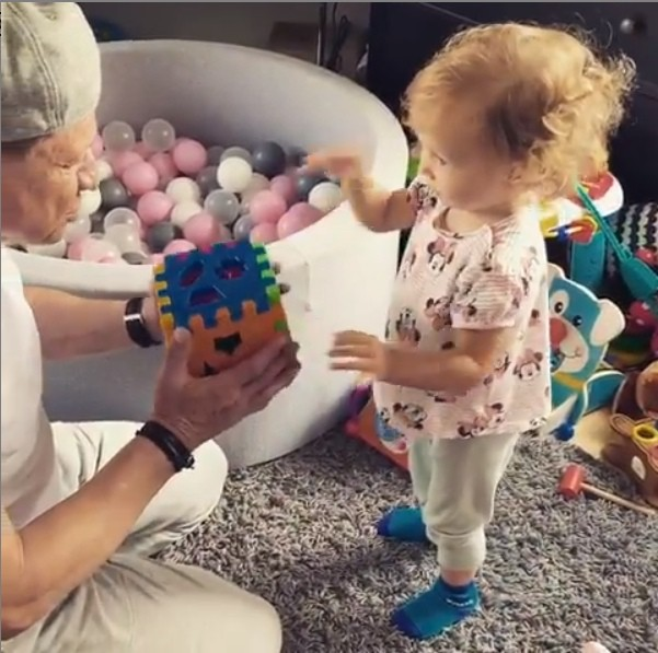 Рита Дакота познакомила отца-алкоголика с внучкой