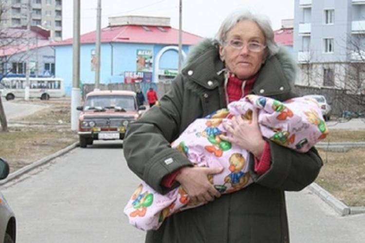 Самая пожилая мать Украины привела дочь в школу на первый звонок