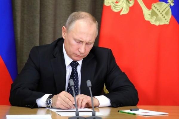 Путин распорядился повысить оклады и пенсии чиновников