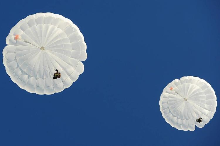 Прыгнули с парашютом и утонули