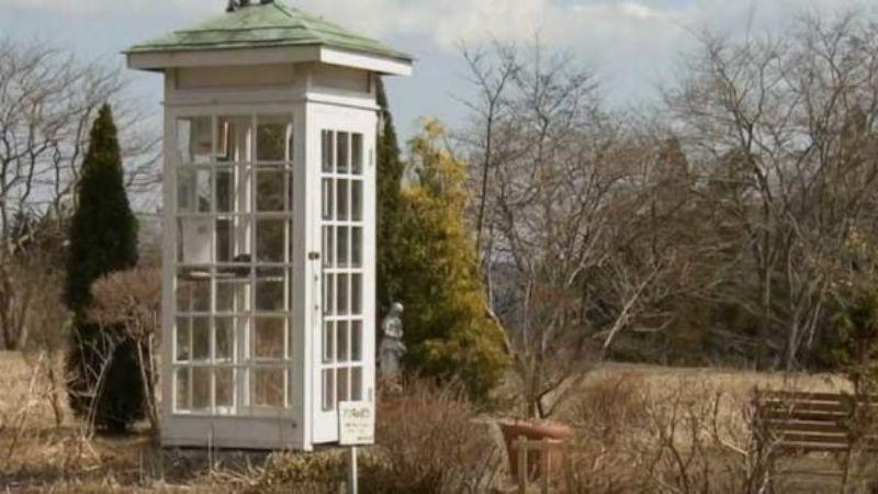 Таксофон для звонков в загробный мир: зачем это устройство в японском городке