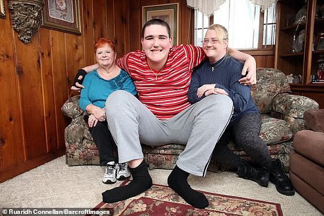 Гигант, ростом в 240 см, пытается найти свое место в жизни - Паранормальные новости