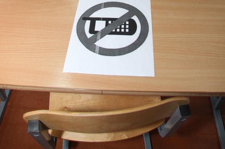 С 1 сентября в учебных заведениях могут запретить смартфоны