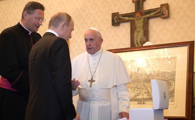«Ангел-хранитель мира» - Папа Римский вручил уникальную награду Владимиру Путину