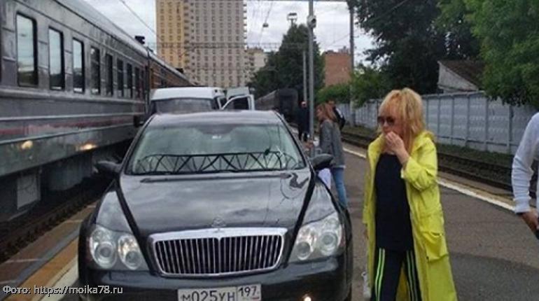 Аллу Пугачеву пугает назойливый поклонник, следующий за ней по пятам