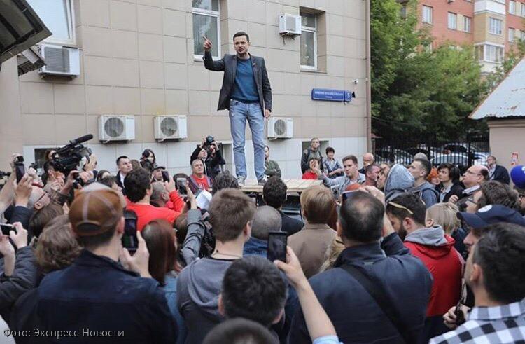 Илья Яшин провел депутатский прием с крыши машины