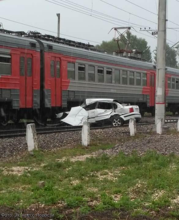 На железнодорожном переезде под Кисловодском электричка врезалась в автомобиль