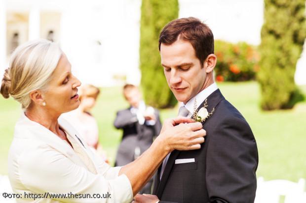 В Сети обсуждают свадебное фото, на котором мать слишком неуместно обнимает жениха