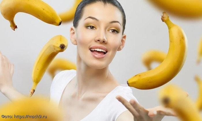 Диетолог рассказала, кому запрещено есть бананы