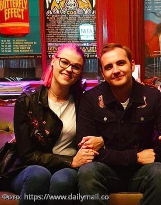 Семейная пара из Австралии нашла вторую жену, и теперь они живут втроем