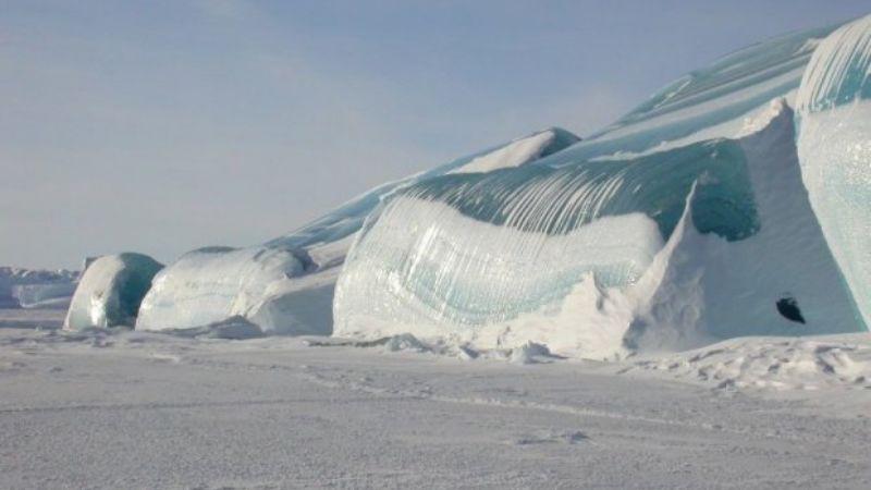 Замерзшие волны в Антарктиде: яркие фото, захватывающие дух