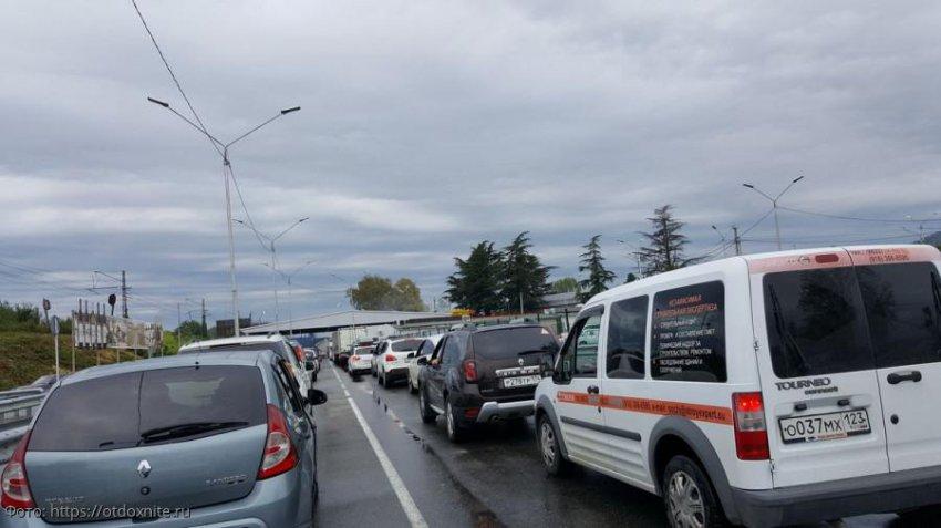 На границе с Абхазией пассажирский трафик в сутки достиг 40 тысяч человек и превысил 7,7 тысячи транспортных средств