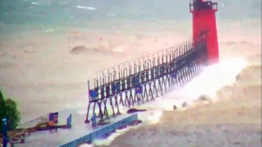 Что-то большое и черное засняли на озере Мичиган во время шторма: видео
