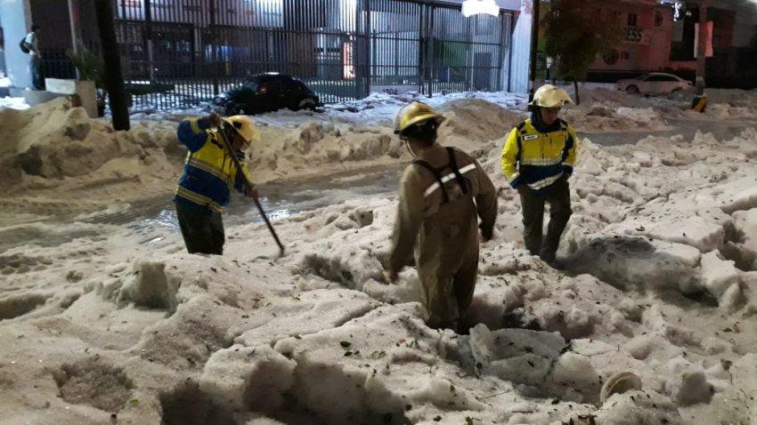 Мексику завалило снегом: коммунальщики расчищают полутораметровые сугробы