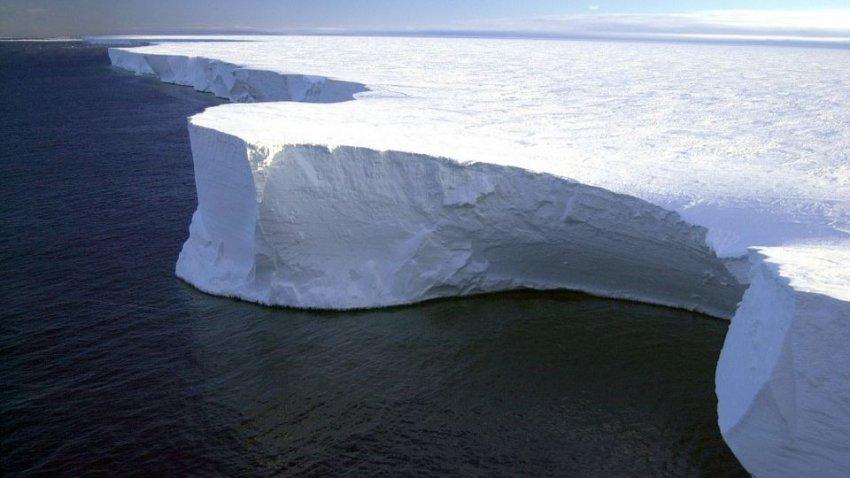 Трещины в антарктическом леднике: в ближайшее время образуется гигантский айсберг