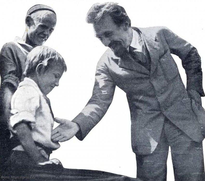 Борьба с рукопожатиями: как СССР с помощью пионерского салюта победил тиф и холеру