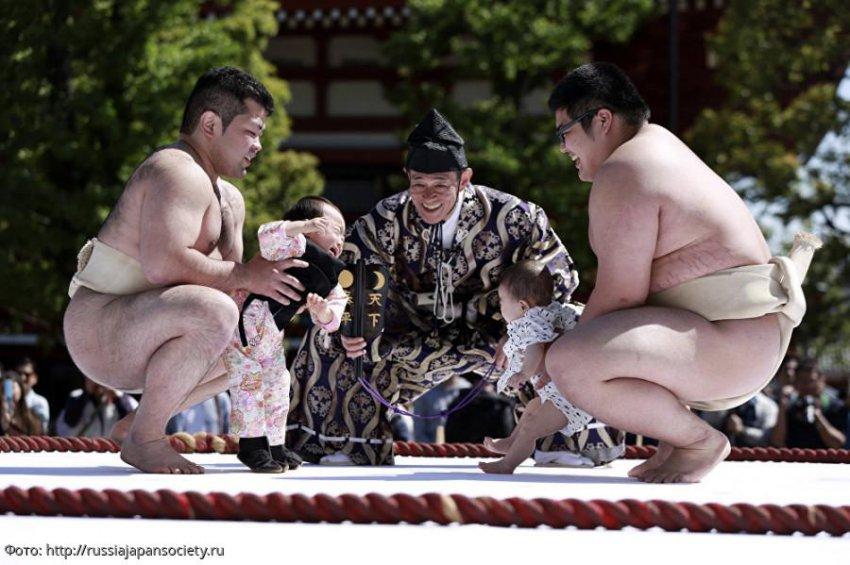 В Японии проводится ежегодный фестиваль плачущих детей