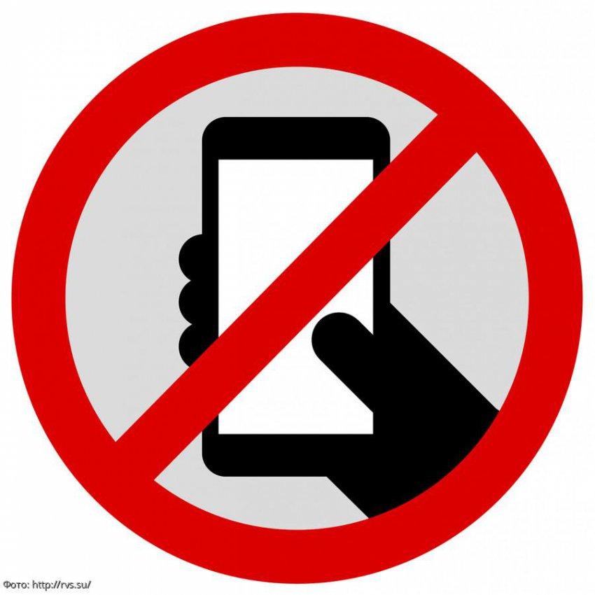 В российских школах запретят пользоваться мобильными телефонами