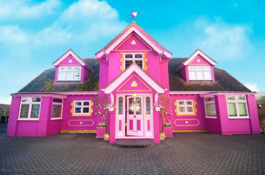 Женщина потратила 10 лет, чтобы превратить свой дом в розовый дворец