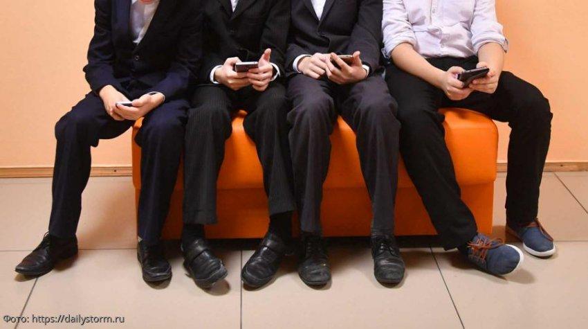 В Госдуме предложили заменить телефоны школьников на «шкулфоны»