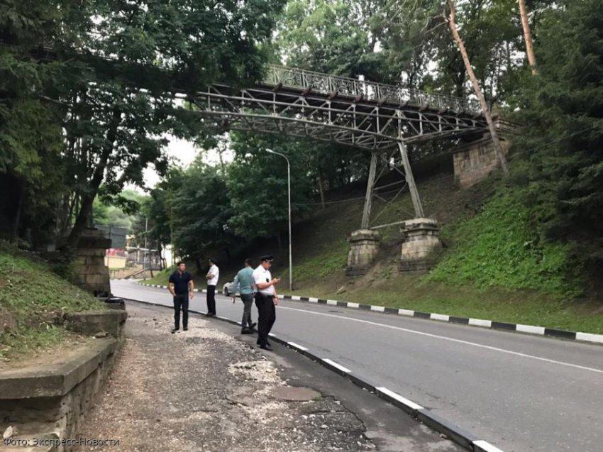 В Кисловодске с пешеходного моста на проезжую часть упала женщина
