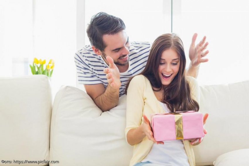 5 секретов для девушек: как правильно просить подарок у мужчины
