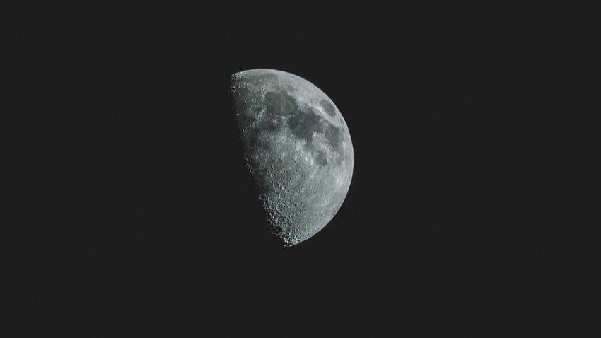 В августе над Землей взойдет черная Луна: названы даты космического явления