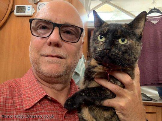 Кошка умудрилась отправиться с хозяевами в отпуск, спрятавшись в багаже