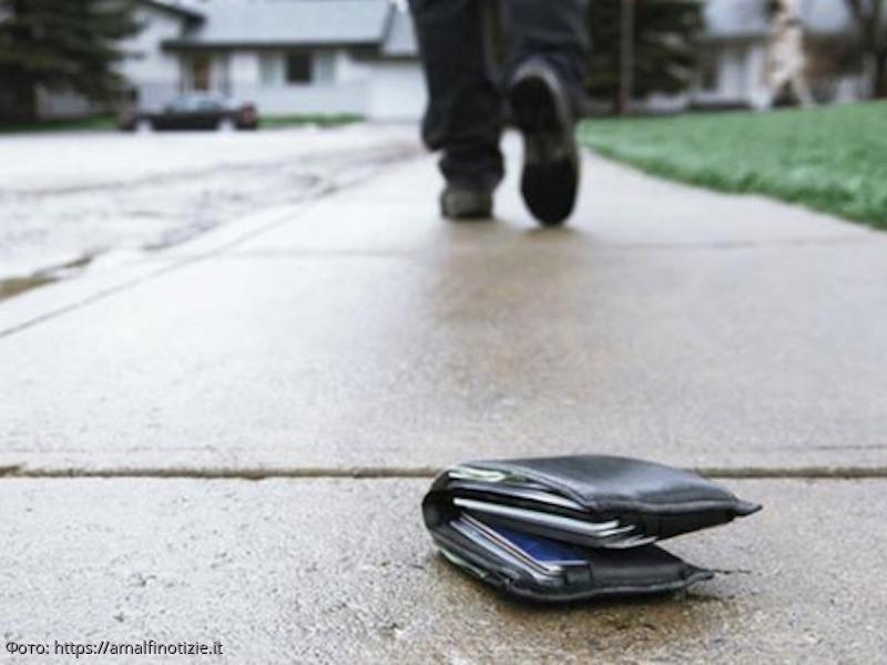 Маленький мальчик вернул незнакомцу выпавший из кармана кошелёк с крупной суммой