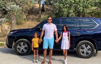 Александр Ревва с женой и дочерьми полюбовался видами Франции на велосипедной прогулке