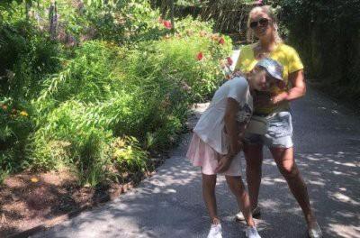 63-летняя Лариса Долина прогуливается по США в мини-шортиках