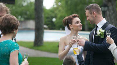 В США объявилась серийная свадебная гостья, которая после банкета ворует подарки