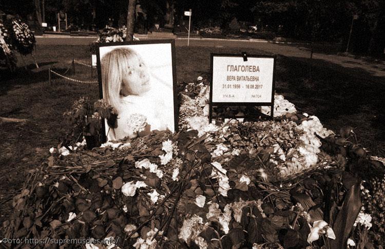 Дочь Веры Глаголевой расплакалась, увидев, какой памятник установили на могиле матери