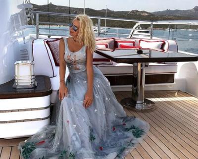 Рудковскую высмеяли за «детские» мини-платья в ярких цветах