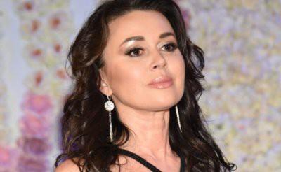 Анастасия Заворотнюк после информации о раке мозга отменила спектакли