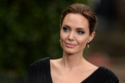 Анджелина Джоли удивила пышными формами в пикантном платье