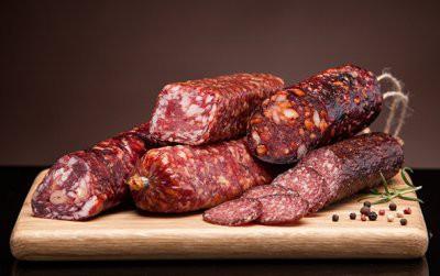 Диетолог рассказали об опасности сосисок и колбасы для детей