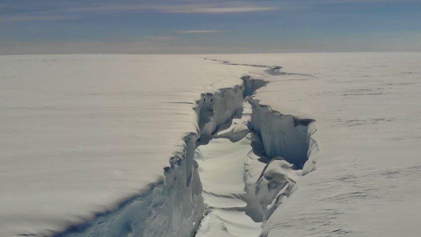 Во льдах Антарктиды появились две гигантские трещины