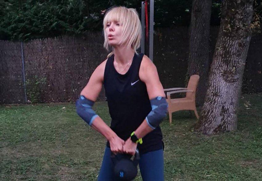 51-летняя Валерия занимается тренировкой с 12-килограммовой гирей
