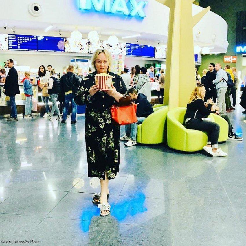 Ларису Гузееву раскритиковали за домашние тапочки в кинотеатре